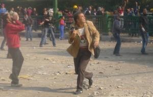 もし、対立や紛争のある場所からの複眼的な情報が届かなくなったら? Title: Journalist Runs For Cover From Roof Top Police Who Are Throwing Stones. Photo credit: alisdare1 via Visual hunt / CC BY-SA